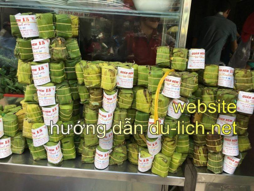 Nên mua quà gì khi đến Nha Trang: món nem chua bán tại cửa quán Vũ Thành An