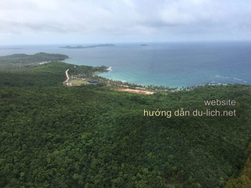 Xa xa là Bãi Trào trên đảo Hòn Thơm, nơi bạn sẽ tới để tắm biển và ngắm cát