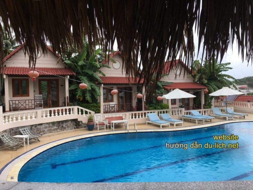 Hình ảnh Hong Bin Resort ở Phú Quốc với 3 bungalow nhìn ra bể bơi mà tôi đã book