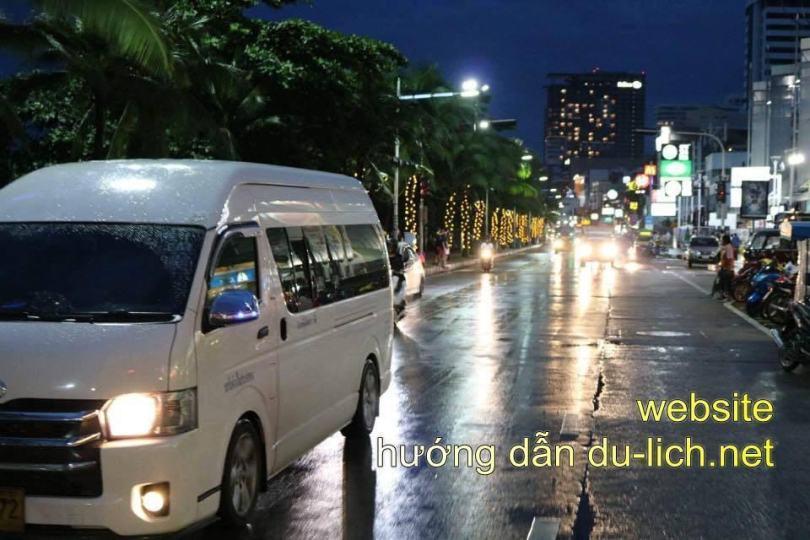 Hình ảnh đường phố Thái Lan ban ngày nắng nóng như thiêu đốt nhưng đêm xuống lại mát mẻ nhanh chóng