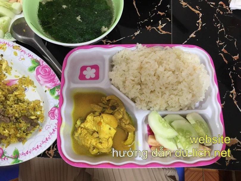 Cơm gà 50k/ suất - quán Hải Béo tt Đồng Văn Ở Hà Giang thật sự k có nhiều sự lựa chọn về ăn uống, cứ tiện đâu thì tạt đấy, thấy đông thì vào, hoặc hỏi trước ng dân. Mình là đứa dễ ăn, thấy ăn j cũng ngon luôn