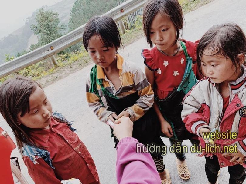 Tụi mình đưa kẹo cho những em bé tại Đồng Văn