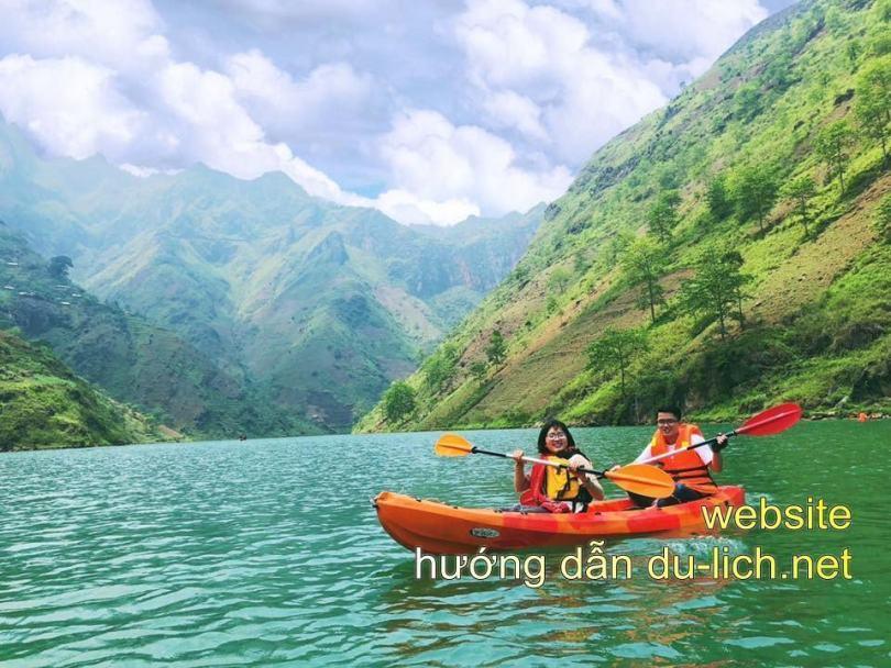 Thật thích thú khi chèo thuyền kiểu kayak trên con sông nơi địa đầu biên giới