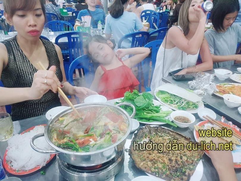 Cảnh ăn uống tại nhà hàng Bé Mặn - Đà Nẵng
