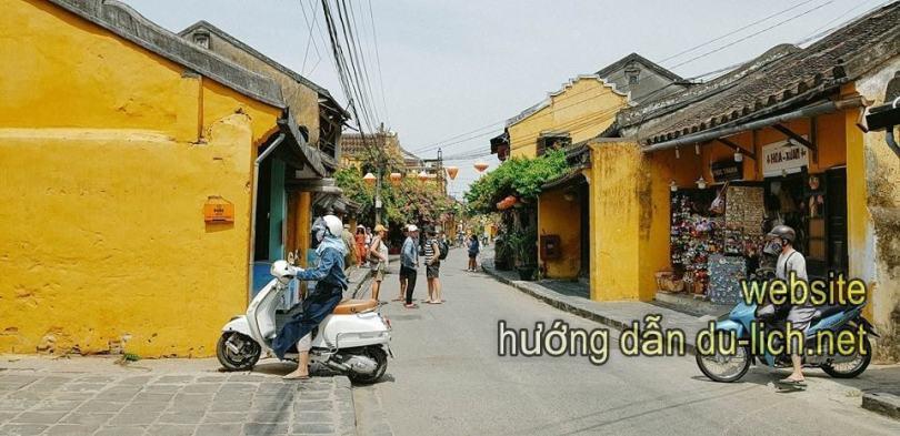 Khu phố cổ, chủ yếu người đi bộ, tự dưng có ng đi xe máy qua cái hẻm bé tí teo, lướt đánh vèo qua phố
