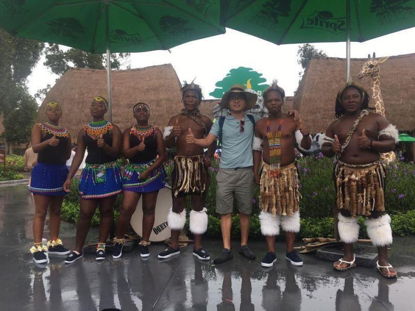 Có lẽ, ấn tượng nhất khi tới Safari là được chụp ảnh với mấy ông thổ dân châu Phi như này
