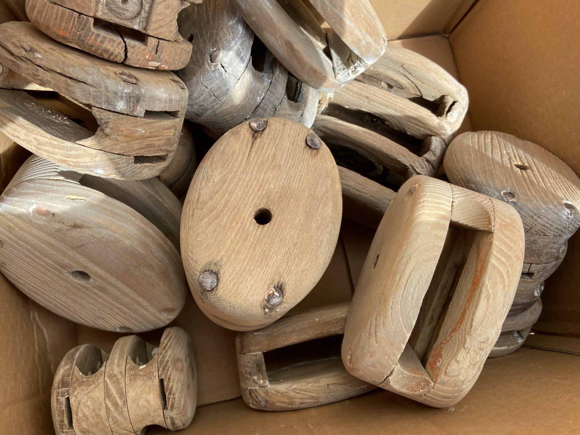 Décapage d'un lot de poulie en bois