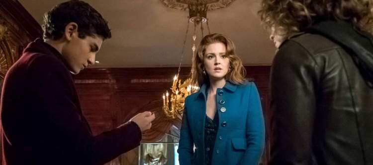 "GOTHAM: L-R: David Mazouz, guest star Maggie Geha and Camren Bicondova in the ""Mad City: Executioner"" episode of GOTHAM airing Monday, Nov. 14 (8:00-9:01 PM ET/PT) on FOX. ©2016 Fox Broadcasting Co. Cr: Jeff Neumann/FOX"
