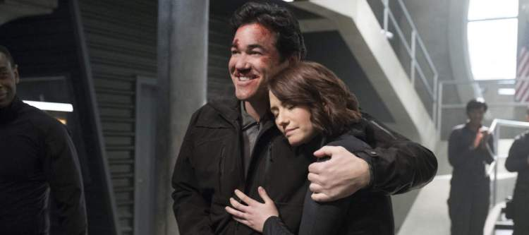 "Supergirl -- ""Homecoming"" -- SPG214b_0062.jpg -- Pictured (L-R): Dean Cain as Jeremiah Danvers and Chyler Leigh as Alex Danvers -- Photo: Cate Cameron/The CW -- © 2017 The CW Network, LLC. All Rights Reserved"