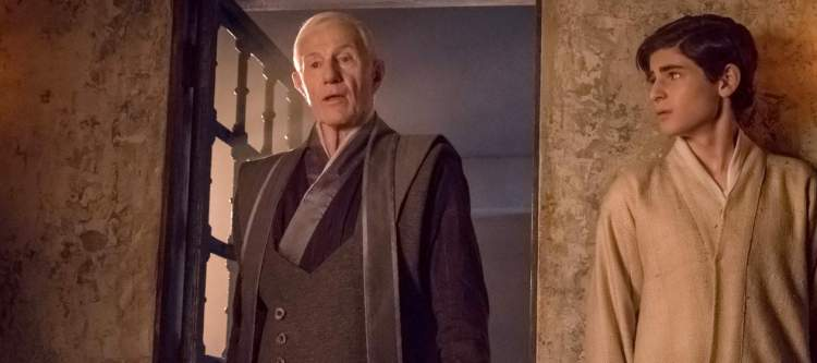 """GOTHAM: L-R: Guest star Raymond J. Barry and David Mazouz in the """"Heroes Rise: These Delicate and Dark Obsessions"""" episode of GOTHAM airing Monday, May 1 (8:00-9:01 PM ET/PT) on FOX. Cr: Jeff Neumann/FOX"""