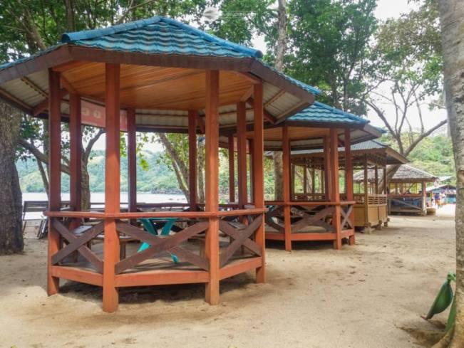 Indahnya Pantai Pulisan: Menjejak Pasir Putih Hingga Bukit Savana