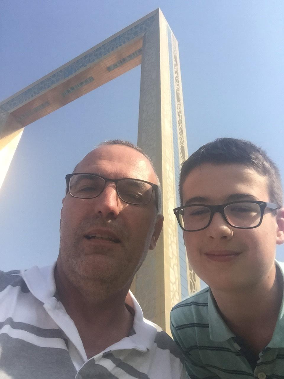 Budai Marci és Feri 2019 június - selfie Dubai kereténél