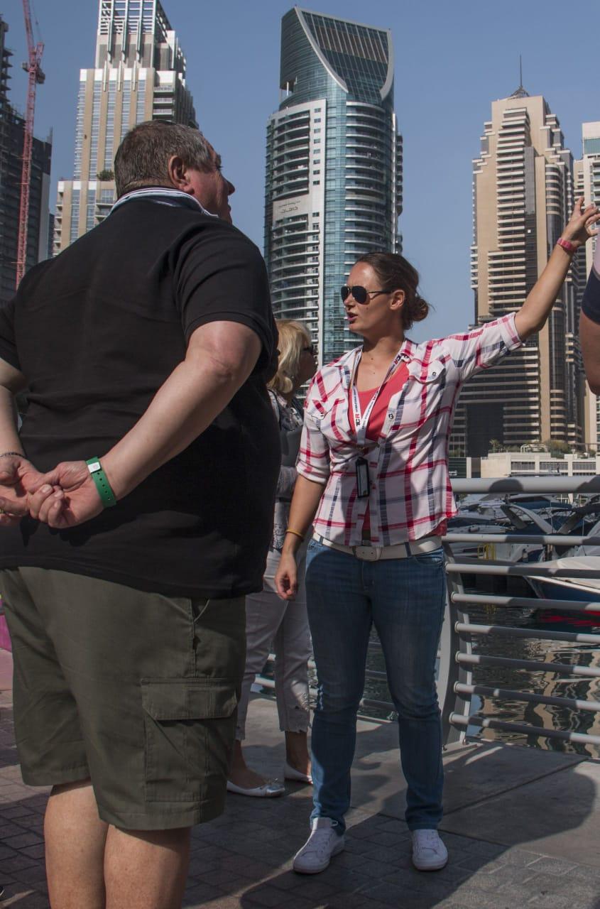 Ványi Móni a Dubaiprogramok.com idegenvezetője utasokkal a Marinán