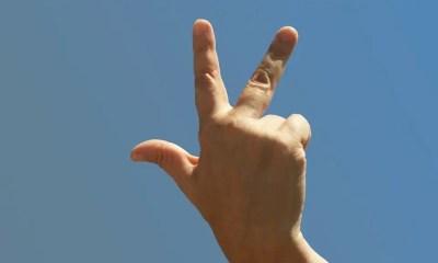 """""""Three fingered salute"""", che cosa significa?"""