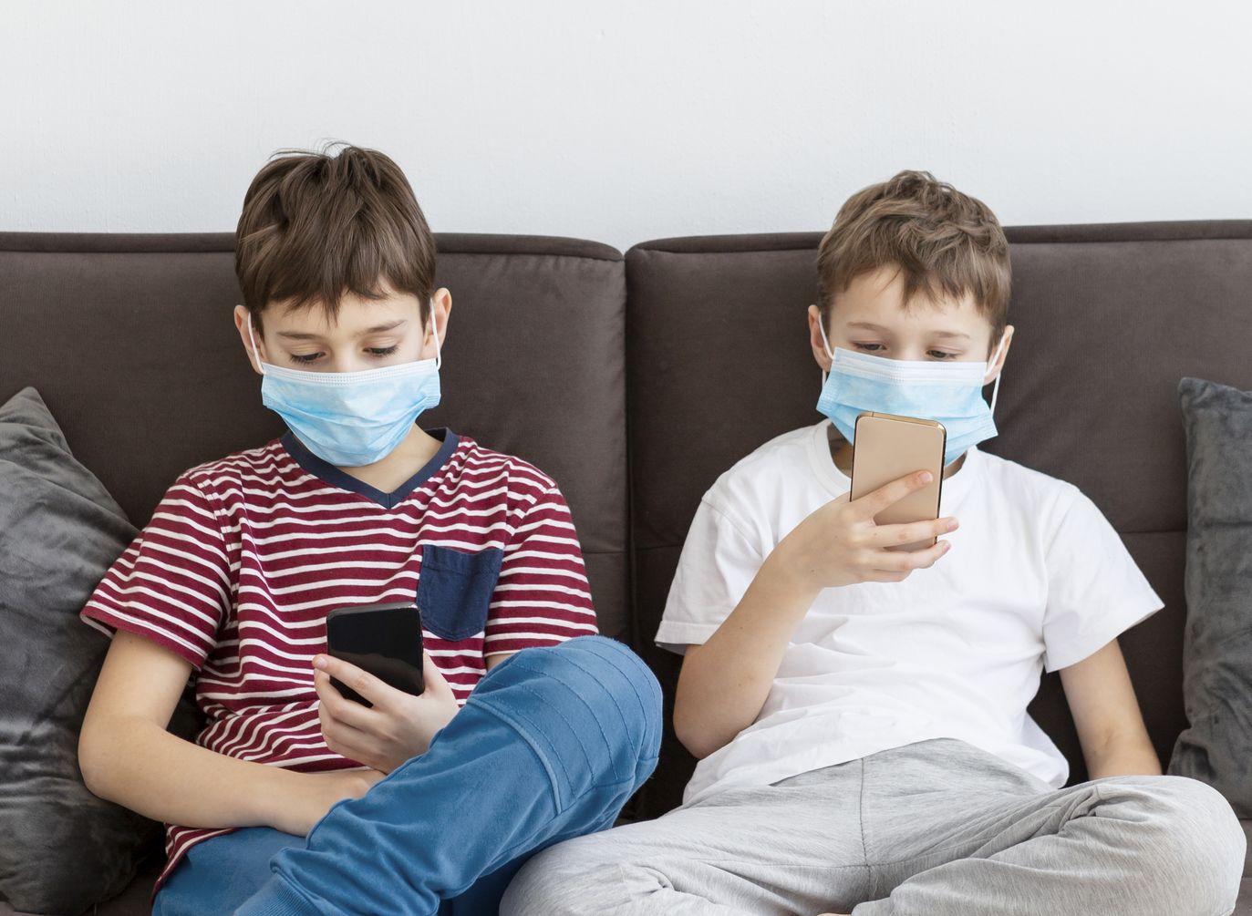 enfants sur leurs smartphones