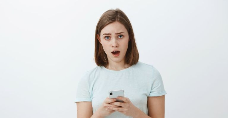 femme smartphone surprise