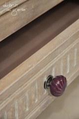 Détail poignée de tiroir en porcelaine violette