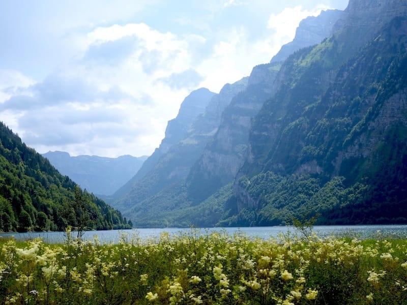 Blick auf die Glarner Alpen im Klöntaler See
