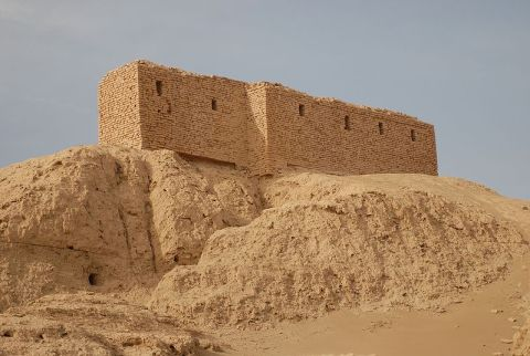 800px-Ruins_from_a_temple_in_Naffur