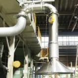溶融炉の上部に設置された可動式フード