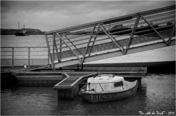 BLOG-DSC_17895-bateau ponton port Garonne et barge A380 N&B