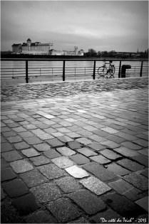BLOG-DSC_19296-pavés quai des marques Bordeaux et Garonne N&B