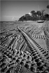 BLOG-DSC_26558-traces pneus plage Taussat N&B2