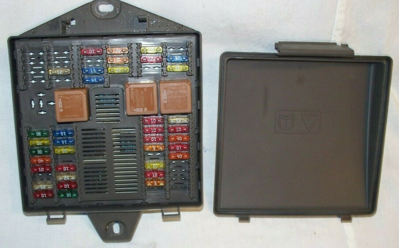 medium resolution of 2004 jaguar xj8 vanden plas trunk fuse box 1