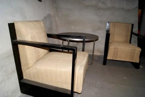 Door Dudok ontworpen gemakkelijke stoelen met Gispen tafel