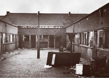 Doorgangswoningen en doorgangshuis voor asociale gezinnen aan de Spechtstraat, Mezenstraat en Eksterstraat. Foto archief www.gooienvechthistorisch.nl