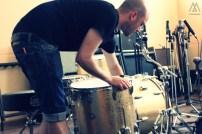 Josh montando su batería