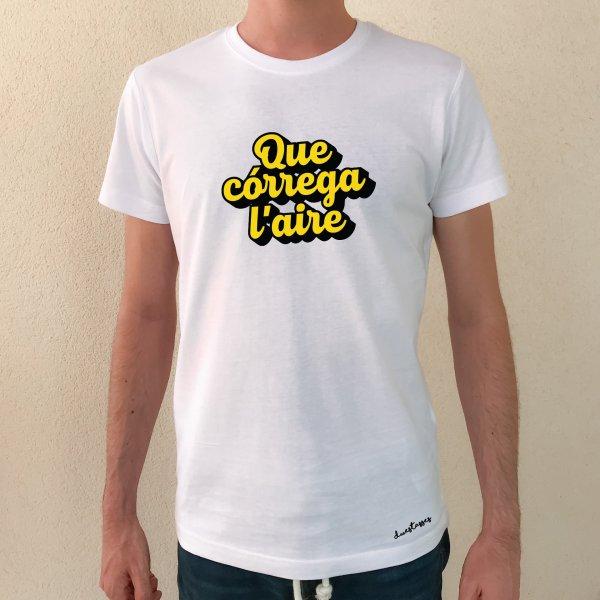 camiseta blanca chico que córrega l'aire
