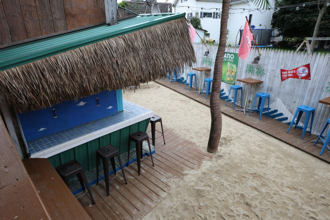 dugoutpizza_outdoor_bar