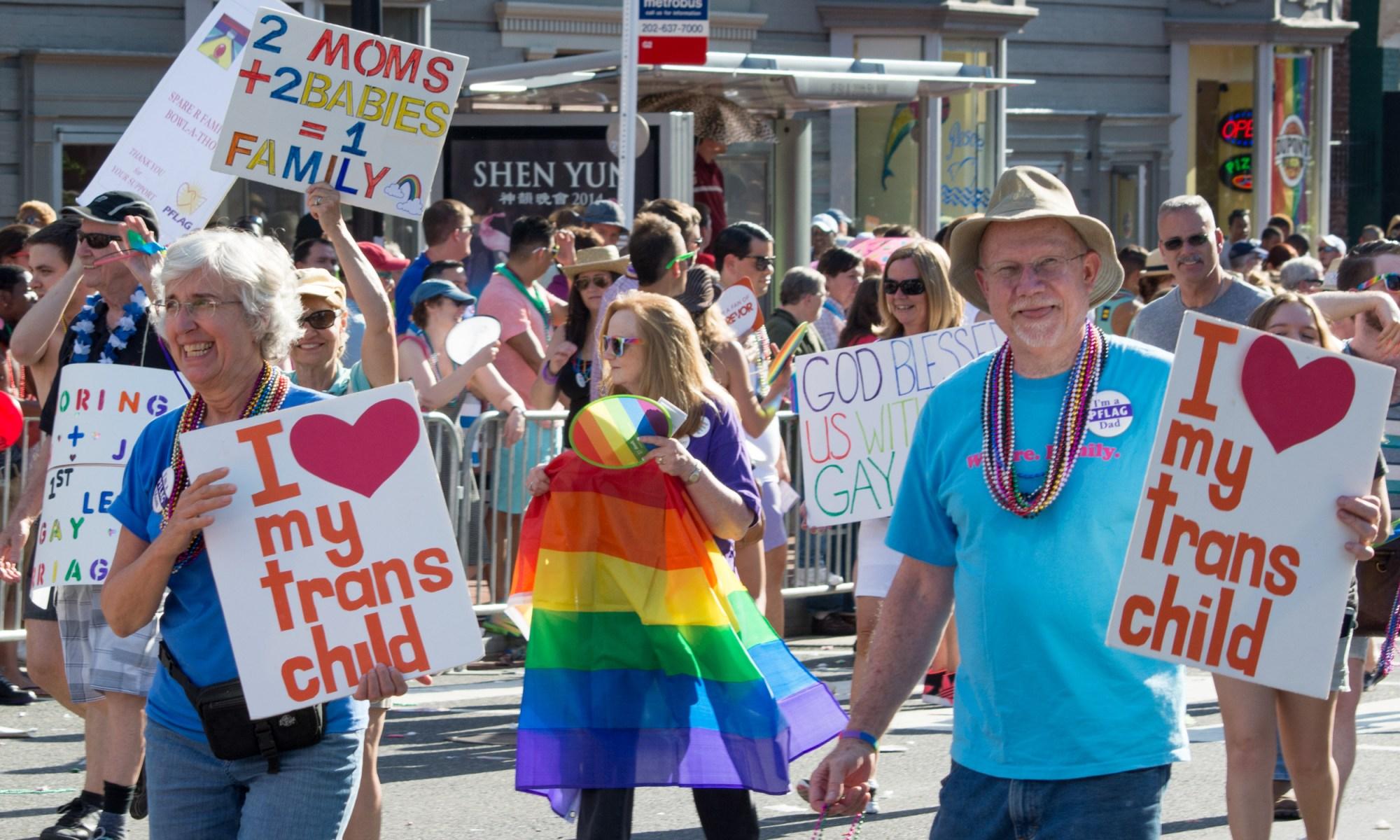 Rodičia LGBT detí pochodujú v dúhovom PRIDE sprievode