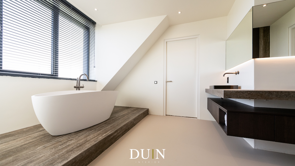 Luxe en moderne badkamer met zwevend badmeubel en gietvloer