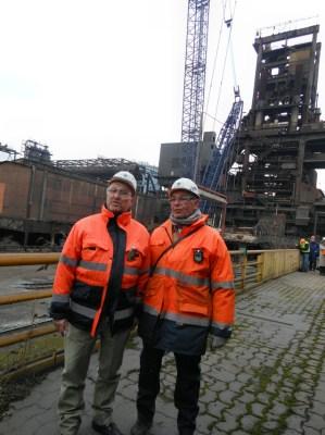 Rückbauer Friedhelm Conrad (l.) und Betriebsleiter Volker van Outvorst (r.) vor der Baustelle am Hochofen 4