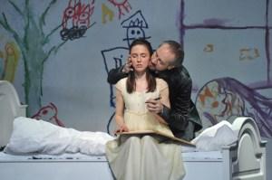 Wurm (Sami Luttinen) zwingt Luisa (Olesya Golovneva) einen diskreditierenden Brief zu schreiben. Foto: Hans Jörg Michel
