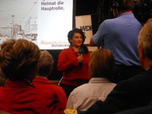 """Chadia Hamadé berichtet live aus dem Lehmbruck-Museum für die Lokalzeit Duisburg vom Preview-Abend des Film """"Heimatabend Duisburg""""."""