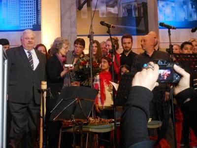 """Gemeinsam stark: Geteilte Freude ist vielfache Freude. Die Jugendlichen des """"Bahtalo""""-Ensembles freuen sich mit Annegret Keller-Steegmann und Angelika Wagner. Foto: Petra Grünendahl."""
