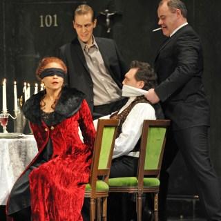 Morenike Fadayomi (Tosca), Rolf Broman (Sciarrone), Gustavo Porta (Cavaradossi). Foto: Hans Jörg Michel.
