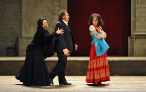 Cavalleria Rusticana: Jeanne Piland (Santuzza), Gustavo Porta (Turiddu), Geneviève King (Lola). Foto: Hans Jörg Michel.