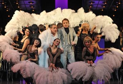 Bruno Balmelli (Féri Bácsi), Cornel Frey (Boni Káncsiánu), Tänzerinnen und Tänzer. Foto: Hans Jörg Michel .