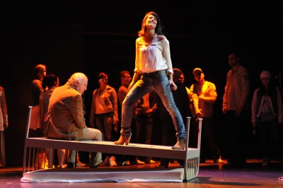 "Michail Milanov (Yunus Güner), Sirin Kiliç (Sibel), Chor, Projektgruppe ""Oper meets HipHop"" / aktuelles forum nrw. FOTO: Hans Jörg Michel."