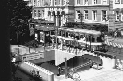 Vier Tage vor der Eröffnung der U-Bahn vor dem Amtsgericht.