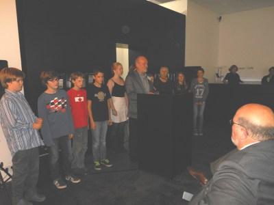 Die Young Voices der Musik- und Kunstschule der Stadt Duisburg mit ihrem Leiter von Bernhard Quast. Foto: Petra Grünendahl.