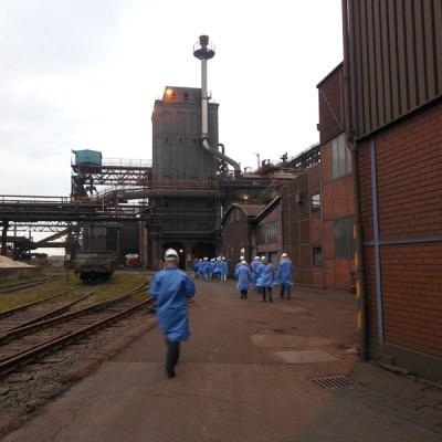 Besuchergruppe auf dem Weg zum Hochofen bei DK Recycling und Roheisen in Duisburg-Hochfeld. Foto: Petra Grünendahl.