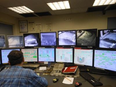 Der Kontrollraum der Sinteranlage: Hier werden die Mengen gesteuert, die in der Sinteranlage miteinander verbacken werden, und die ablaufenden Prozesse kontrolliert. Foto: Petra Grünendahl.