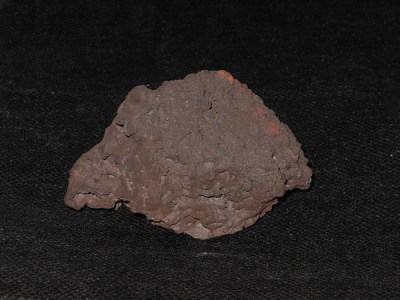 Ein gebrochenes Stück Sinter: An seiner breitesten Stelle misst es 6 Zentimeter und er wiegt genau 160 Gramm. Foto: Petra Grünendahl.