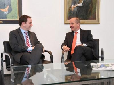 Euregio-Geschäftsführer Andy Dritty (links) und Dr. Stefan Dietzfelbinger wollen die Zusammenarbeit intensivieren. Pressefoto: IHK.