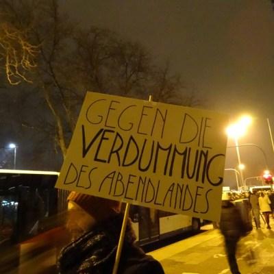Duisburger demonstrieren für Vielfalt und ein friedlches Miteinander. Foto: Petra Grünendahl.